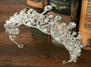 مدل تاج عروس فرحی - مدل مو عروس با تاج فرحی - تاج عروس گل طبیعی