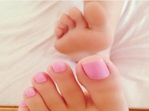 زیباترین مدل طراحی ناخن پا در انواع طرح و رنگ های جذاب (۵۰ عکس)