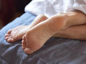 علت و راه های درمان پاهای بی قرار در شب (سندروم پاهای بی قرار)