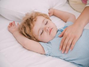 ۷ ترفند طلایی برای بیدار کردن کودک از خواب