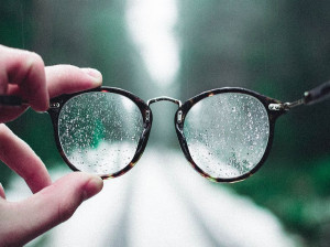 چگونه خط و خش و لک شیشه عینک آفتابی را فوری تمیز کنید