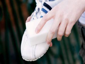 کفشهای کتانی سفید خود را به این روش مانند روز اول تمیز کنید!