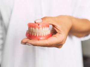 گذاشتن دندان مصنوعی ثابت نسبت به دیگر روش ها چه فایده ای دارد؟