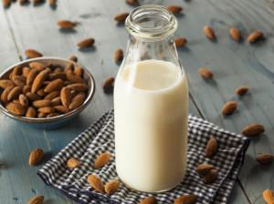 17 عارضه جانبی شیر بادام که ممکن است برای بدن خطرناک باشد