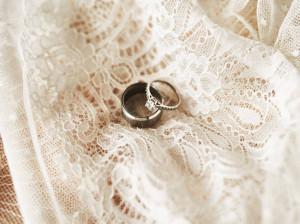 30 متن فوق العاده شیک و باکلاس برای تبریک سالگرد ازدواج خواهر