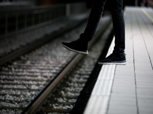 تصویری دلخراش از خودکشی جوان 20 ساله زیر چرخ های قطار