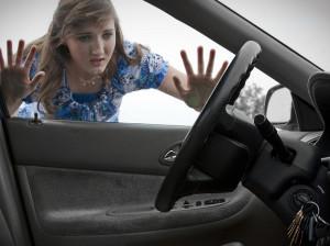 7 ترفند طلایی برای باز کردن در ماشین در صورت جا ماندن کلید در آن