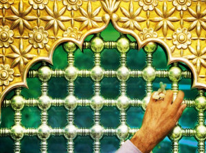 چرا زیارت بزرگان دین به ما سفارش شده است ؟