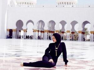 ریحانا با حجاب در امارات+عکس