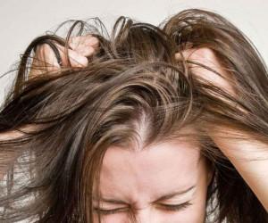 علت شوره و پوسته شدن کف سر و راه های مناسب برای درمان این عارضه