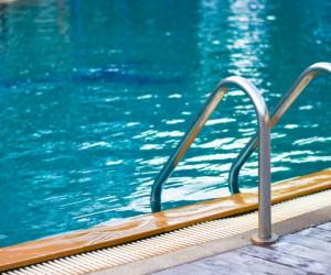 آیا استخر رفتن و شنا کردن در زمان پریود ضرر دارد ؟