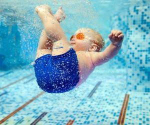 شنا کردن نوزاد : نوزادان تا چه سنی میتوانند در آب شنا کنند ؟