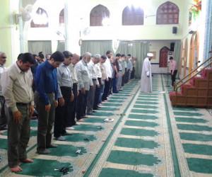 دلیل جلوتر ایستادن مرد در نماز چیست؟
