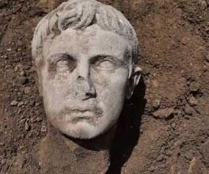 مجسمه امپراتور روم از دل خاک بیرون زد !
