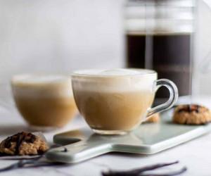 طرز تهیه نوشیدنی شیر عسل نسکافهای در خانه