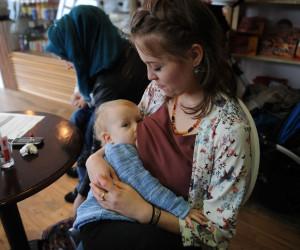 غلبه بر موانع فردى و اجتماعى تغذیه با شیر مادر