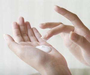 19 لوسیون خوشبو کننده بدن با خاصیت آبرسانی و جوانسازی پوست