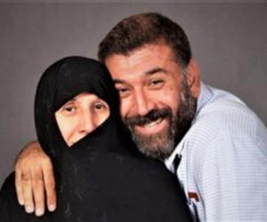 عکسی دردناک از مادر علی انصاریان سر مزار پسرش
