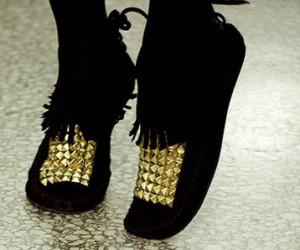 روش جالب تزئین کفش با مهره های طلایی