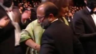 کلیپ لحظه اعلام نام فیلم قهرمان و دریافت جایزه کن توسط اصغر فرهادی
