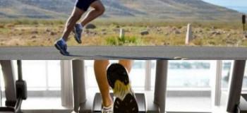 تفاوت دویدن بر روی تردمیل با دویدن در فضای باز : کدام بهتر است؟