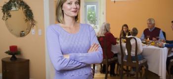 رفتار درست با خانواده همسر در زمان عقد و نامزدی چگونه است
