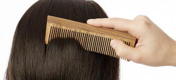 ۱۰ فایده شانه چوبی برای رشد و تقویت موها