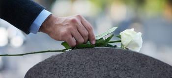 ۶۰ متن بسیار غم انگیز و احساسی برای برادر فوت شده