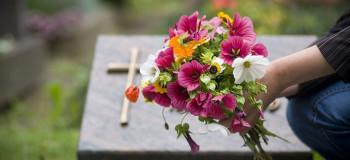 ۷۰ متن فوق احساسی و جانسوز برای مادر فوت شده