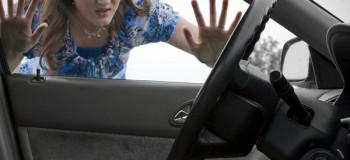 ۷ ترفند طلایی برای باز کردن در ماشین در صورت جا ماندن کلید در آن
