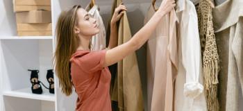 تبدیل لباس کهنه به نو | ۱۰ ترفند تبدیل لباس ساده قدیمی به لباس شیک و جدید