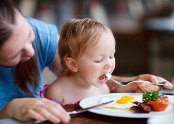 تخم مرغ صبحانه ای همه چی تمام برای کودکان