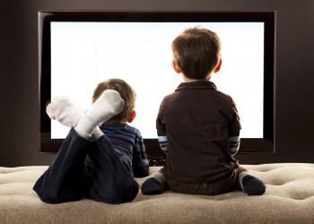 چگونه عادت تلویزیون تماشا کردن کودکان را کم کنیم؟