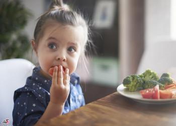 علت نجویدن و قورت ندادن غذا در کودکان و درمان این عادت نادرست غذایی
