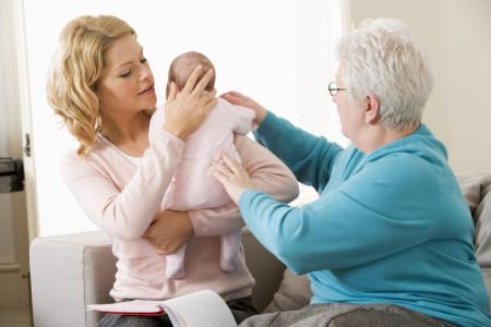بهترین روش گرفتن آروغ نوزاد