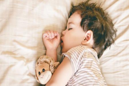 عرق کردن سر کودکان در خواب : آیا طبیعی است؟