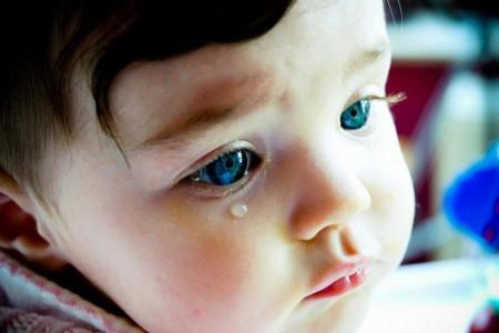 چه عواملی باعث ایجاد چشم های آبکی در نوزادان می شود؟