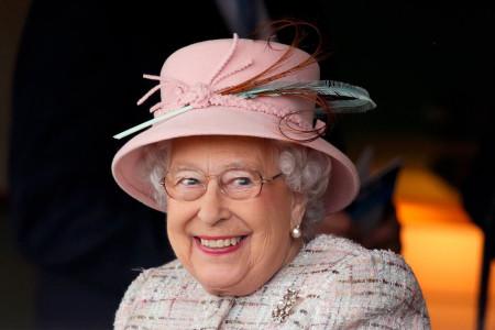 چرا ملکه الیزابت 2 تاریخ تولد دارد؟