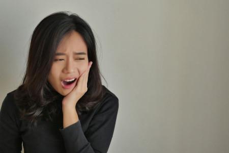 13 درمان خانگی برای از بین بردن درد دندان عقل