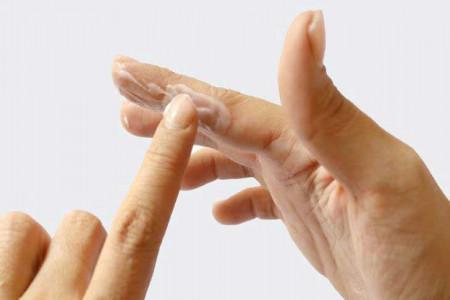 راههای اعجاب انگیز برای پاک کردن چسب قطره ای از روی پوست دست