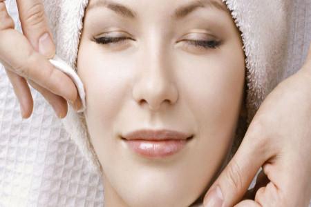 آشنایی با بهترین پاک کننده های طبیعی آرایش