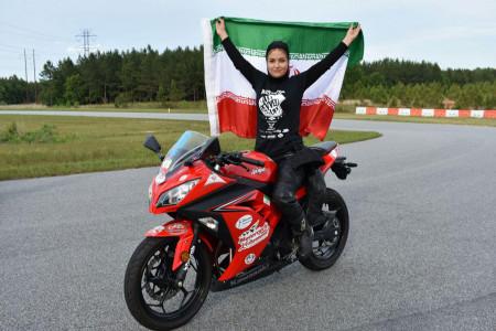 برای زنان موتورسوار در ایران گواهینامه صادر می شود