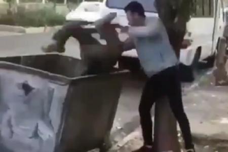 انداختن کودک کار در سطل آشغال توسط دو جوان