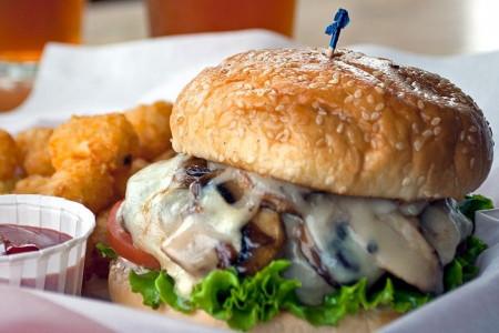 طرز تهیه همبرگر مرغ معروف به چیکن برگر یک غذای خوشمزه