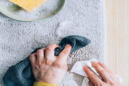 چگونه انواع مختلف لکههای فرش را بهآسانی پاک کنیم؟