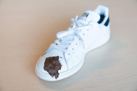 روش پاک کردن لکه قهوه از روی انواع کفش ها