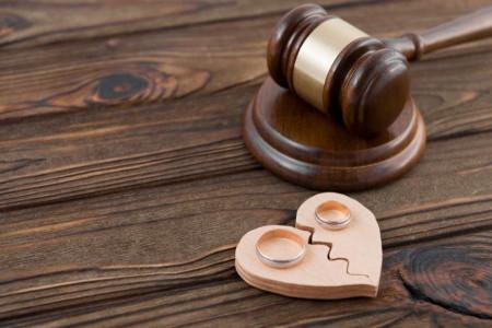 آیا شخص مجنون یا دیوانه صلاحیت طلاق همسر خویش را دارد ؟