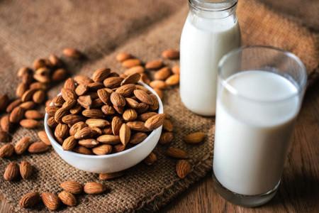 خواص و فواید شیر بادوم
