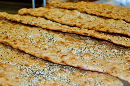 آشنایی با کالری، ارزش غذایی و خواص نان سنگک + طرز تهیه نان سنگک