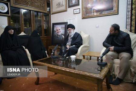 حضور مقام معظم رهبری در منزل سردار شهید قاسم سلیمانی